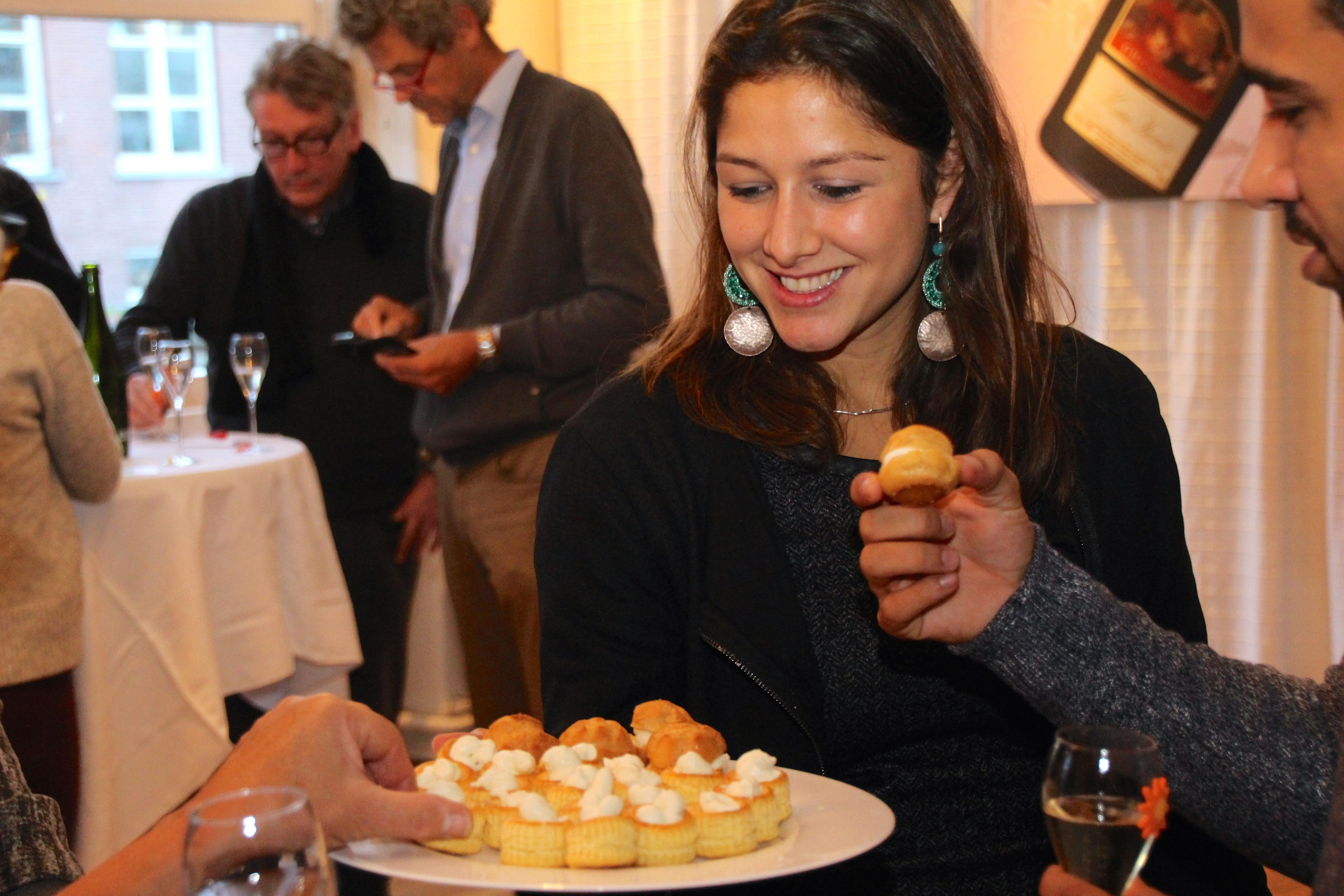 Champagne hapje - soesje gevuld met geitenkaas, truffel en honing - jeromeschampagne.nl